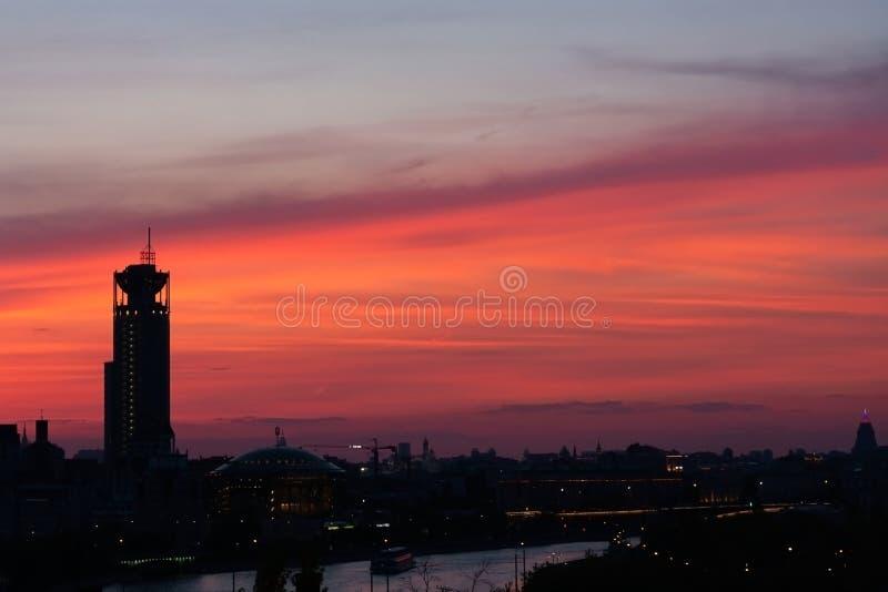 Coucher du soleil rose dans une ville importante moscou images stock
