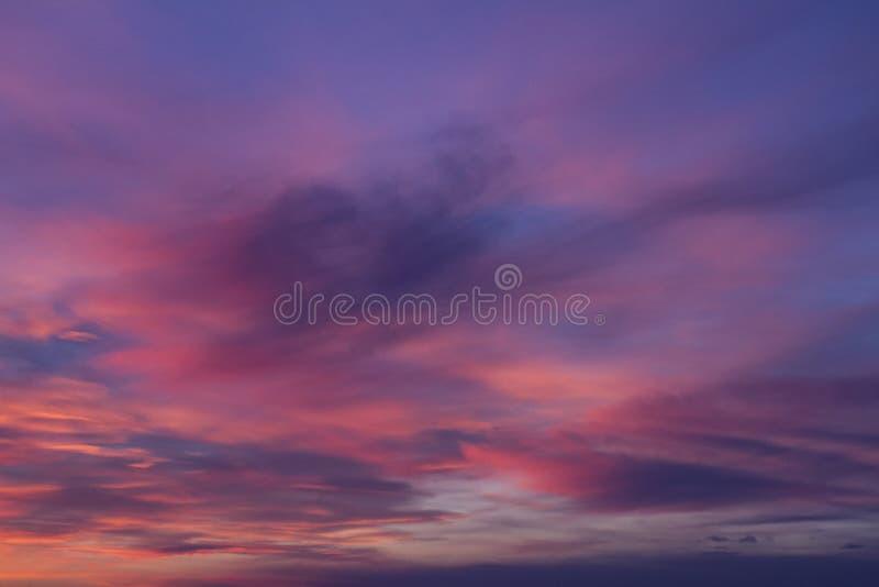 Coucher du soleil rose-pourpre de bel été fabuleux lumineux image stock