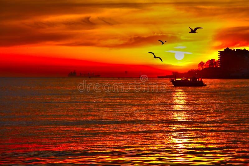Coucher du soleil rouge à la dinde d'Istanbul de mer image libre de droits