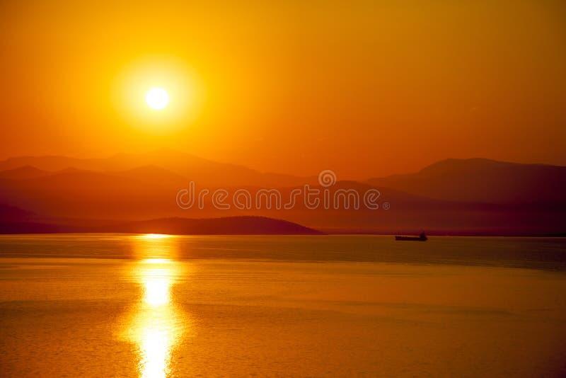 Coucher du soleil rouge à la dinde de bodrum de mer images stock