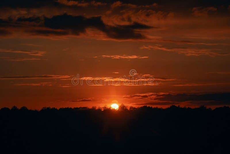 Coucher du soleil rouge Beau ciel de soir?e images stock