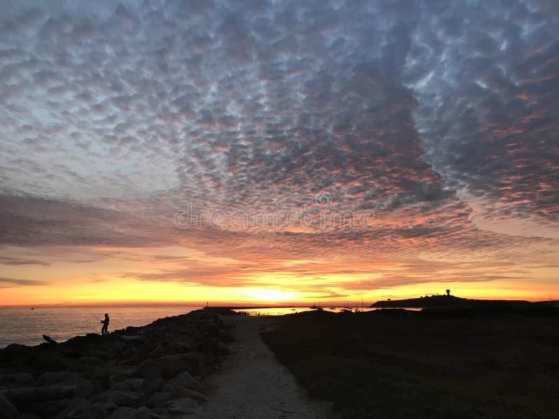 Coucher du soleil rouge brillant chez Half Moon Bay, la Californie photographie stock