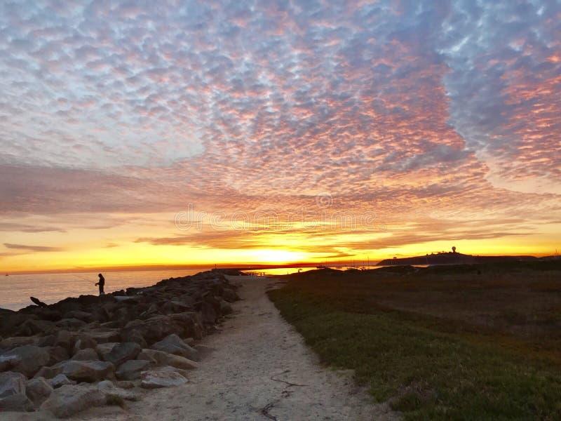 Coucher du soleil rouge brillant chez Half Moon Bay, la Californie images stock