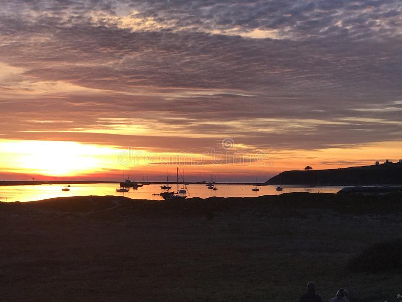 Coucher du soleil rouge brillant chez Half Moon Bay, la Californie image stock