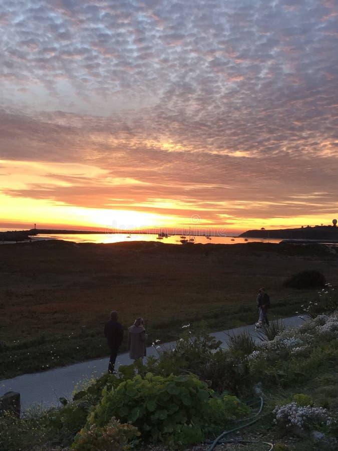 Coucher du soleil rouge brillant chez Half Moon Bay, la Californie photo libre de droits