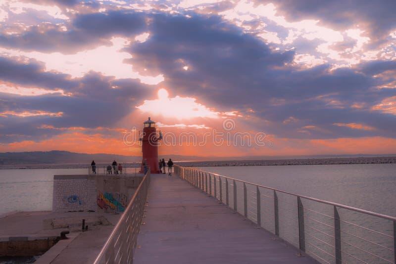 Coucher du soleil rouge de port de lanterne d'Ancona, Marche, Italie photo stock