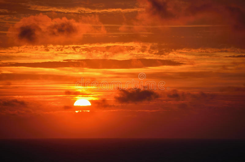 Coucher du soleil rouge en mer photo stock