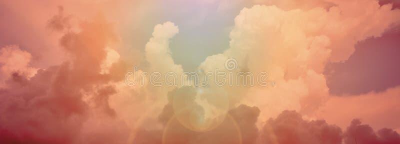 Coucher du soleil rouge fantastique et nuages foncés photographie stock