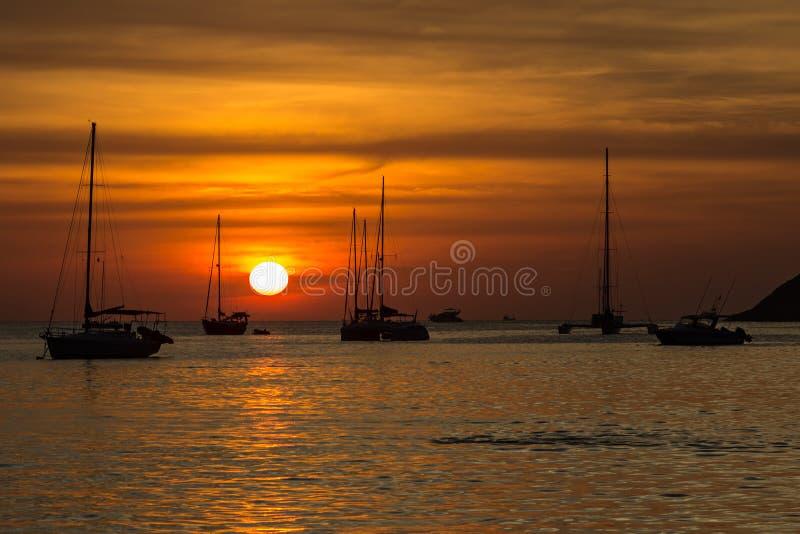 Coucher du soleil rouge stupéfiant sur la plage de Nai Harn à Phuket image libre de droits