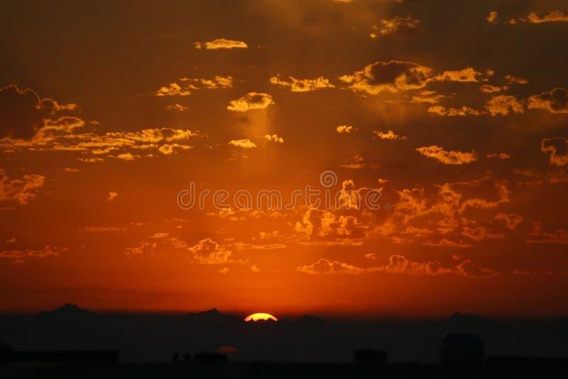 Coucher du soleil rougeoyant. image libre de droits