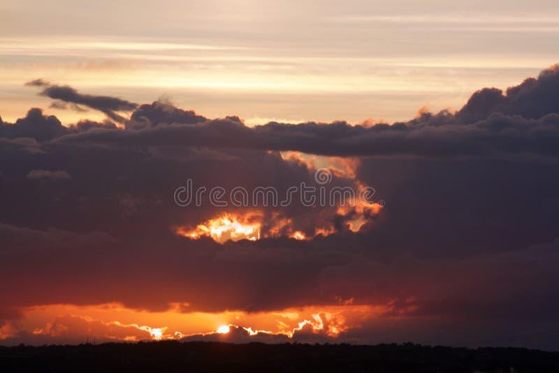 Coucher du soleil rougeoyant photographie stock