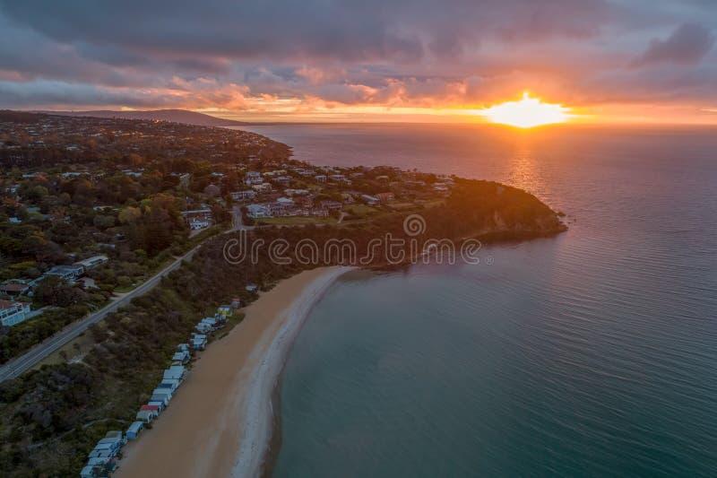 Coucher du soleil rougeoyant au-dessus de Phillip Bay gauche photographie stock libre de droits