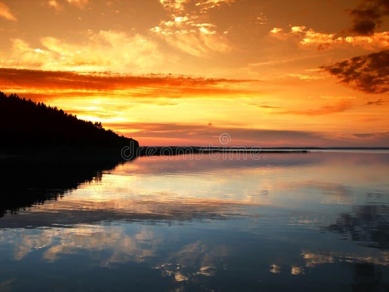 Coucher du soleil scénique au-dessus de lac photos stock