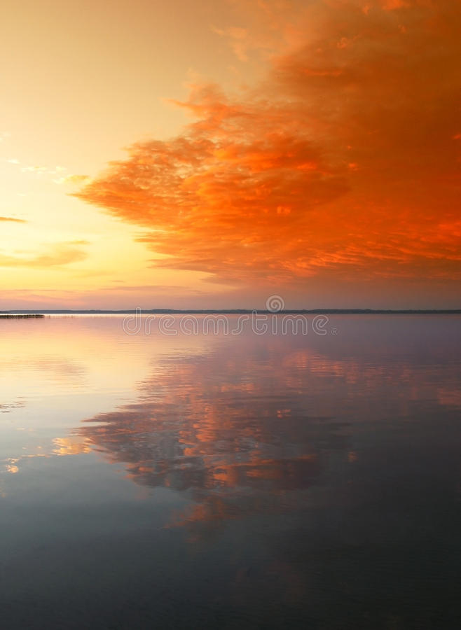 Coucher du soleil scénique au-dessus de lac image stock