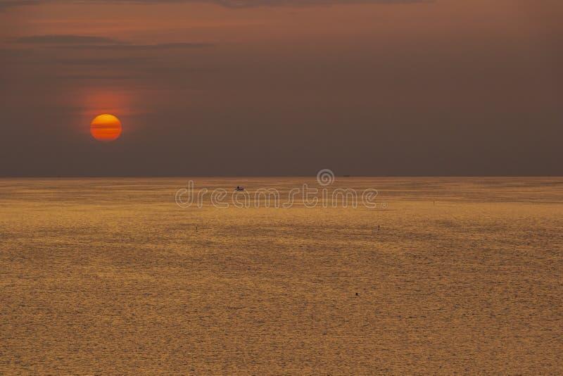 Coucher du soleil scénique de Mer Adriatique avec un bateau en Italie images stock