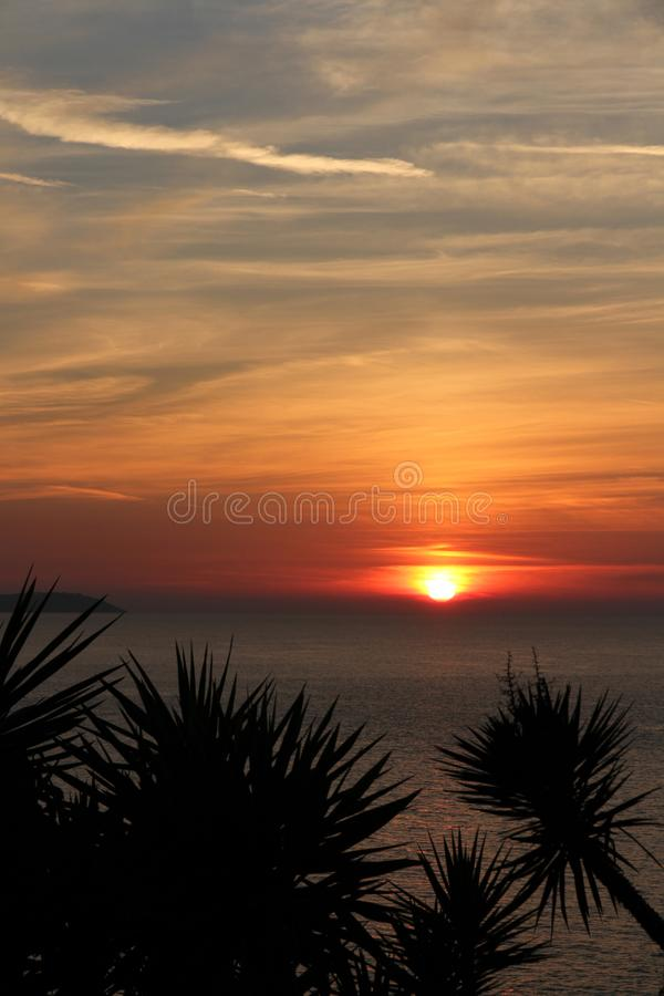 Coucher du soleil scénique des falaises au-dessus de plage de Logas à Corfou photo stock