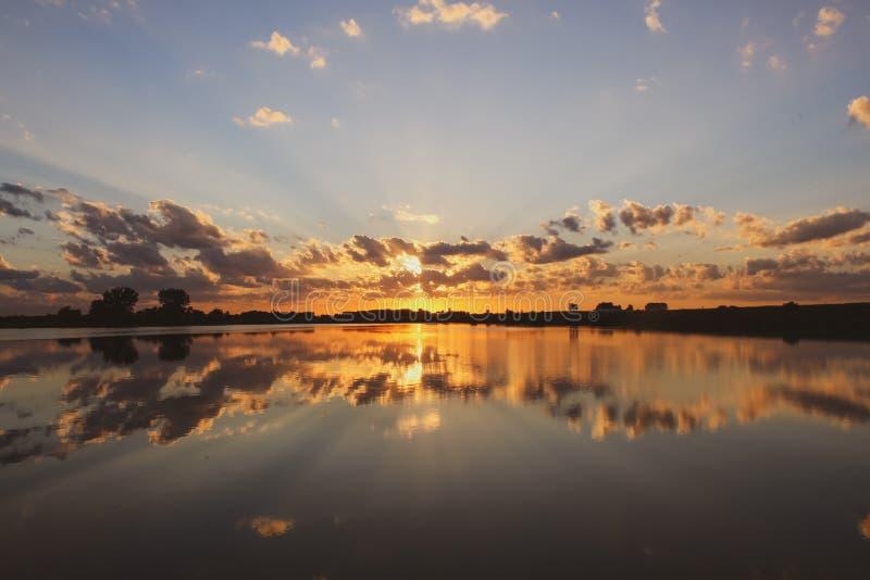 Coucher du soleil se reflétant du lac grundy County photos stock