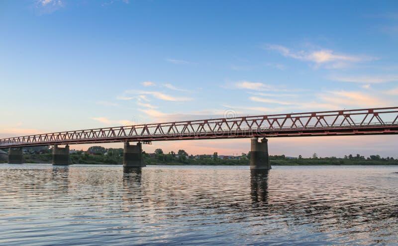 Coucher du soleil sibérien d'été ville par de Tom rivière, Novokuznetsk photo stock