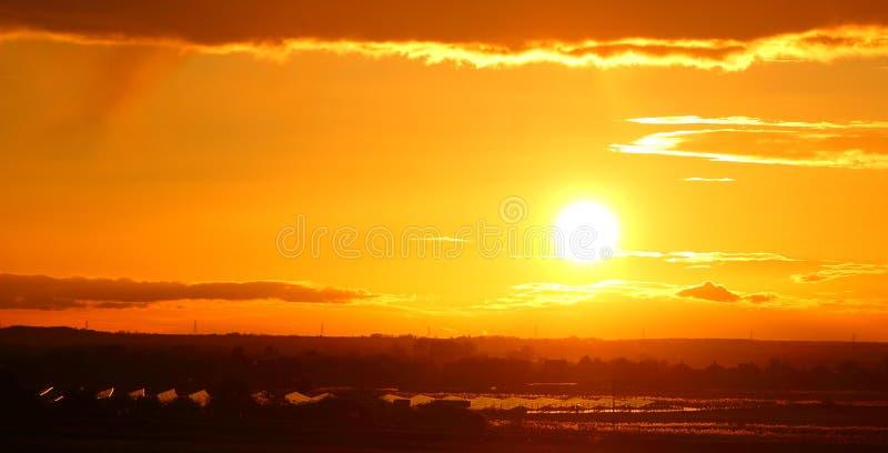 Coucher du soleil solaire de ferme photographie stock libre de droits