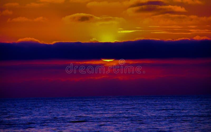 Coucher du soleil spectaculaire au-dessus de l'océan pacifique image libre de droits