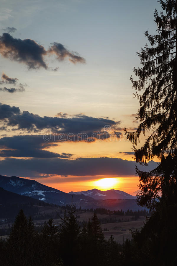 Coucher du soleil spectaculaire en montagnes de Carpathiens photo libre de droits