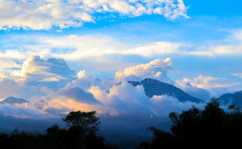 Coucher du soleil spectaculaire en montagnes Paysage d'or tropical d'heure photos libres de droits
