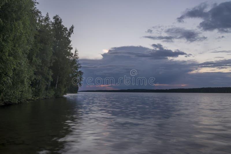 Coucher du soleil spectaculaire sur le lac dans Rantasalmi, lacs secteur, Finlande photographie stock libre de droits