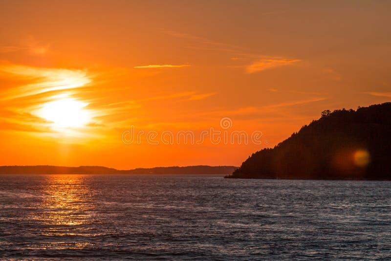Coucher du soleil stupéfiant au-dessus d'île du lac Michigan et de Mackinac image stock