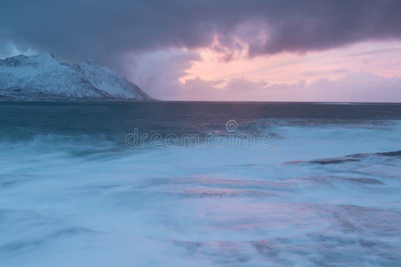 Coucher du soleil stupéfiant au-dessus de montagne et fjord, paysage d'hiver, Norvège les ensembles du soleil les Alpes norvég image libre de droits