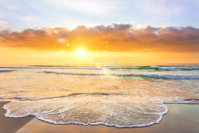 Coucher du soleil stupéfiant sur une plage tropicale arénacée photographie stock libre de droits