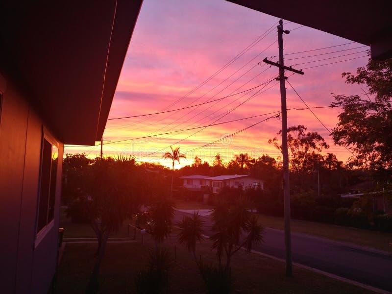 Coucher du soleil suburbain image stock