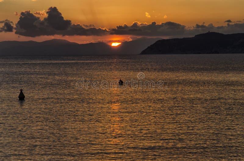 Coucher du soleil suggestif dans les côtes de l'Italie photographie stock libre de droits