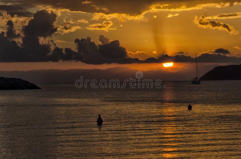 Coucher du soleil suggestif dans les côtes de Villasimius image stock