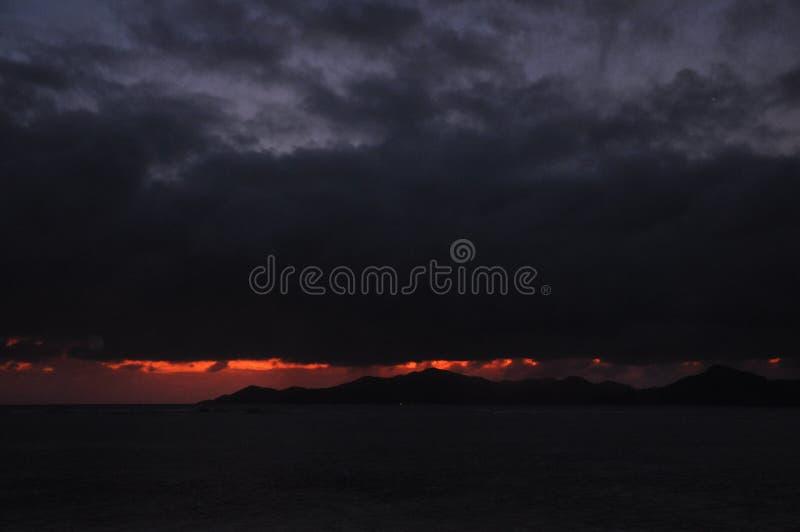 Coucher du soleil suggestif foncé de l'île de Praslin, Seychelles photo libre de droits