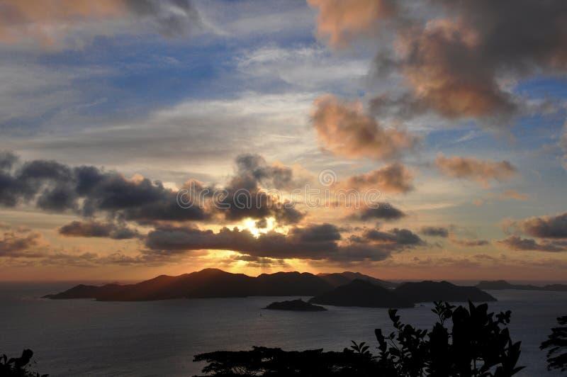Coucher du soleil suggestif foncé de l'île de Praslin, Seychelles photographie stock