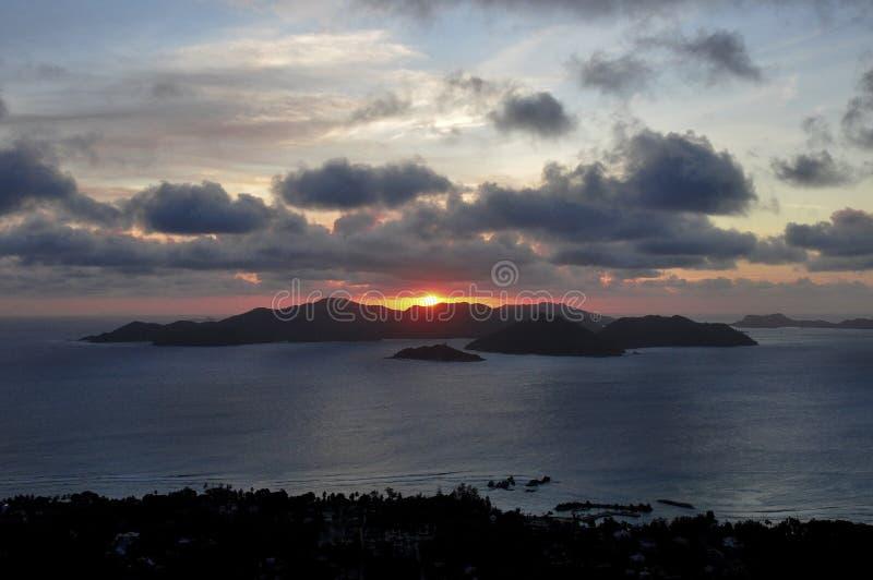 Coucher du soleil suggestif foncé de l'île de Praslin, Seychelles images stock