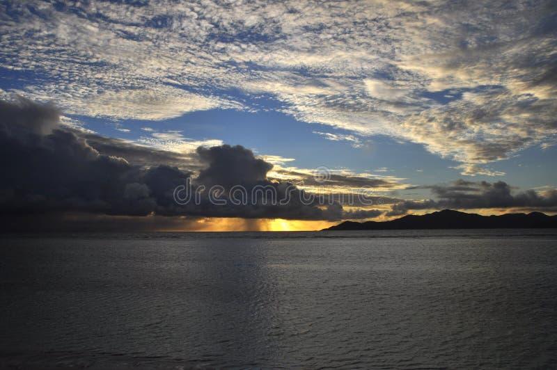 Coucher du soleil suggestif foncé de l'île de Praslin, Seychelles image libre de droits