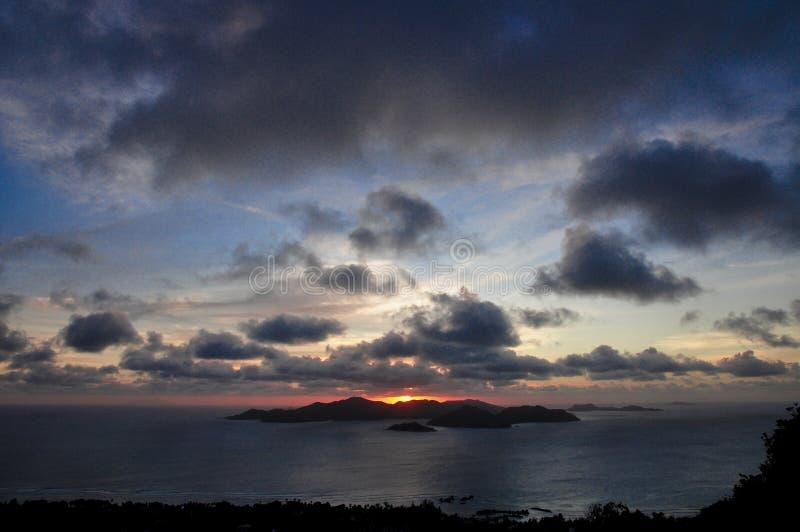 Coucher du soleil suggestif foncé de l'île de Praslin, Seychelles image stock
