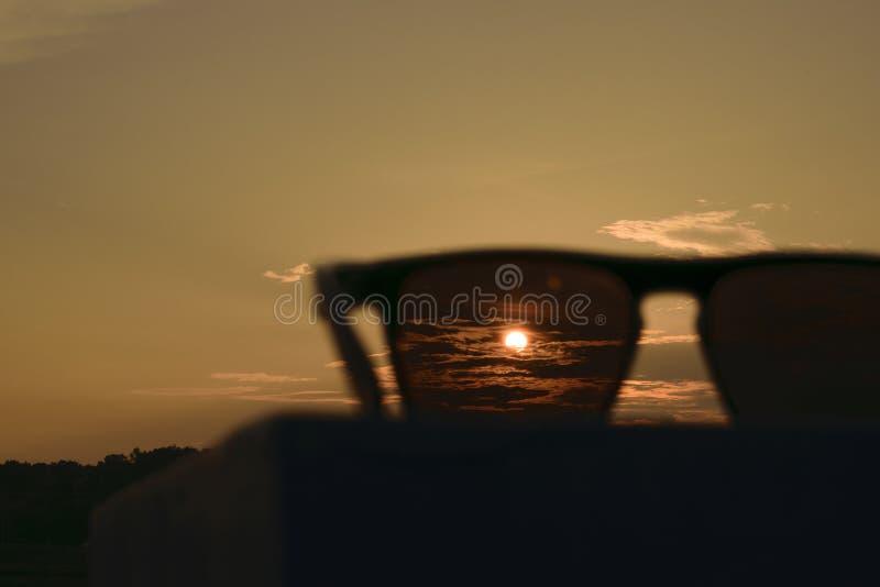 Coucher du soleil sur des lunettes de soleil image stock