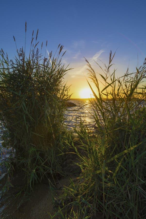 Coucher du soleil sur l'étang supérieur d'Iset image libre de droits