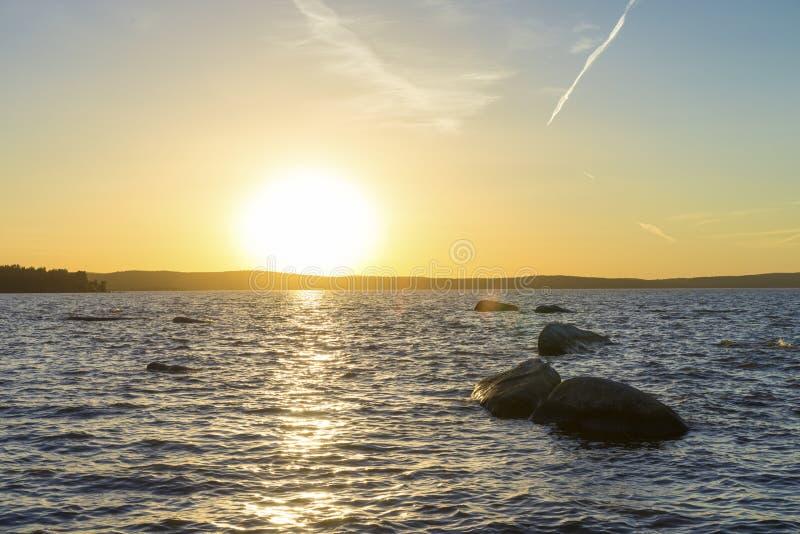 Coucher du soleil sur l'étang supérieur d'Iset image stock