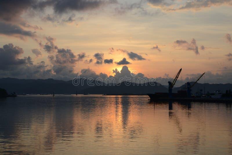 Coucher du soleil sur l'île de Lombok, port de Lembar, Indonésie photos libres de droits