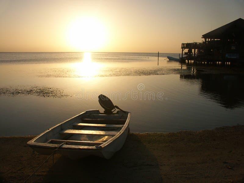 Coucher du soleil sur l'île de Roatan images stock
