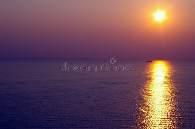 Coucher du soleil sur l'eau images stock