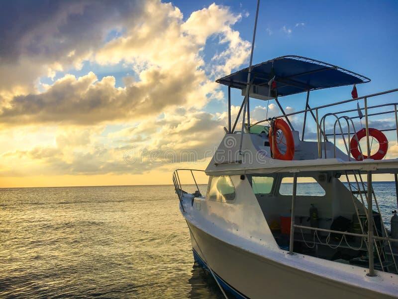 Coucher du soleil sur l'océan avec le bateau photo stock