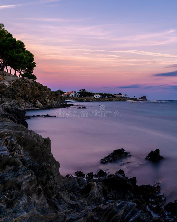 Coucher du soleil sur la baie de Cadaques sur Costa Brava, côte méditerranéenne photos libres de droits