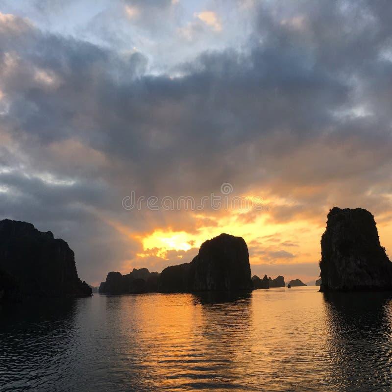 Coucher du soleil sur la baie de Halong photographie stock