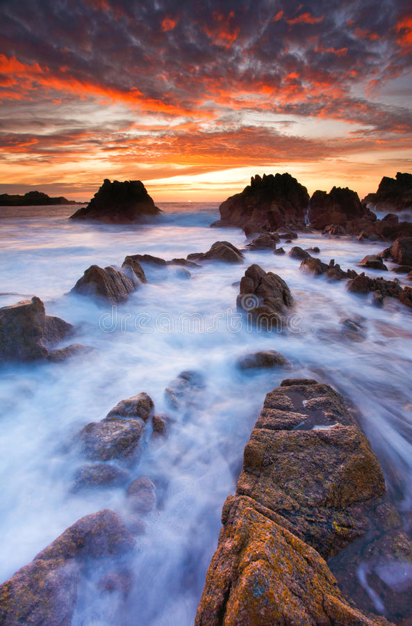 Coucher du soleil sur la côte ouest de Guernesey photos libres de droits