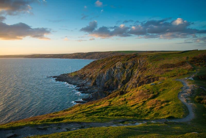 Coucher du soleil sur la correction cornouaillaise de falaises, d'océan et de pied dans le paysage sauvage photo stock