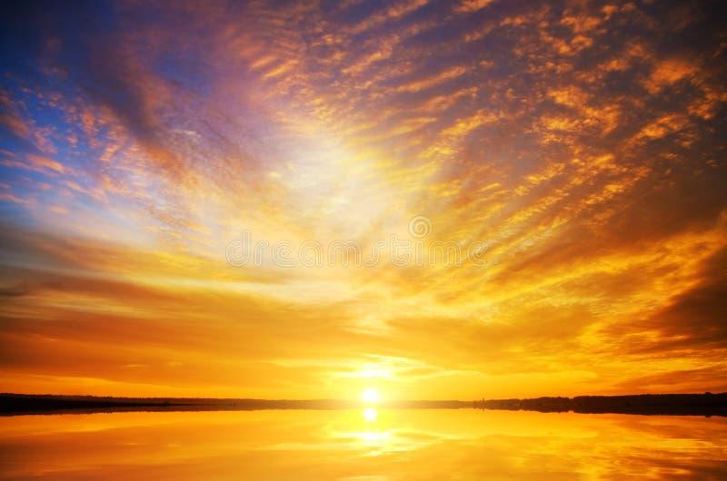 Coucher du soleil sur la mer images libres de droits